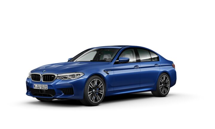 Vista Tres cuartos delantera izquierda del BMW M M5