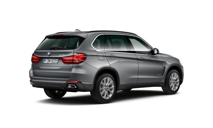 Vista Tres cuartos trasera izquierda del BMW X5 xDrive30d