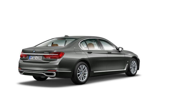 Vista Tres cuartos trasera izquierda del BMW Serie 7 740e iPerformance
