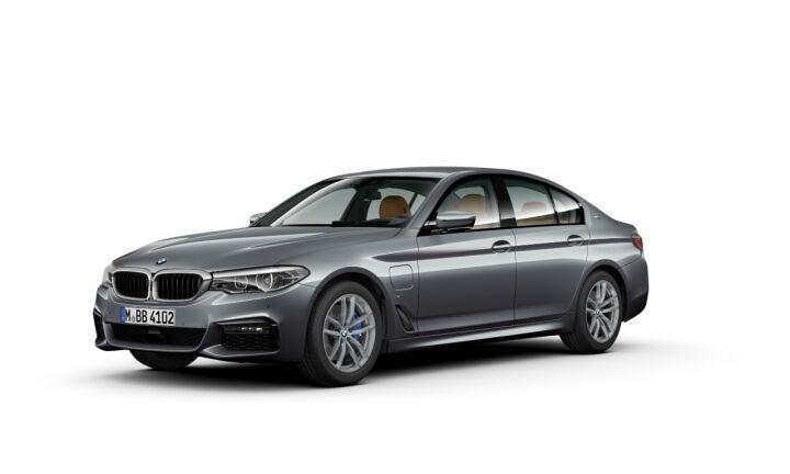 Vista Tres cuartos delantera izquierda del BMW Serie 5 530e iPerformance