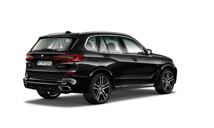 Vista Tres cuartos trasera izquierda del BMW X5 xDrive40i