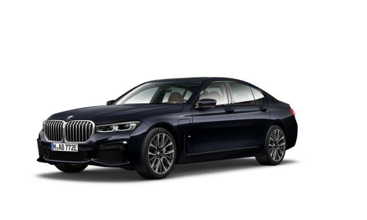 Vista Tres cuartos delantera izquierda del BMW Serie 7 745e iPerformance