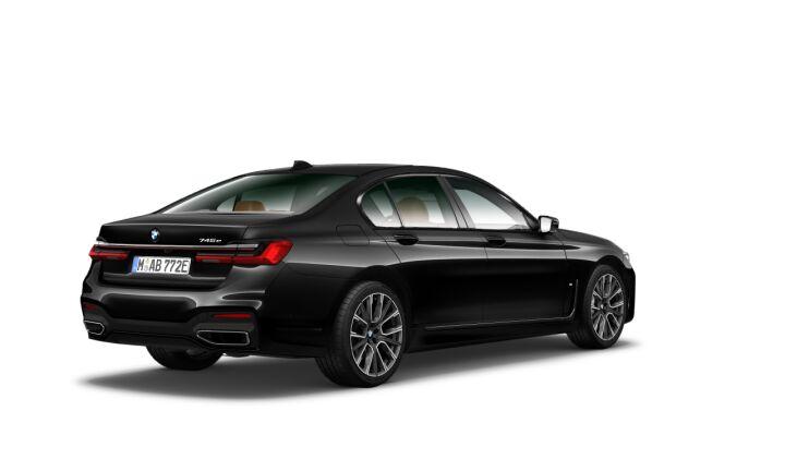 Vista Tres cuartos trasera izquierda del BMW Serie 7 745e iPerformance